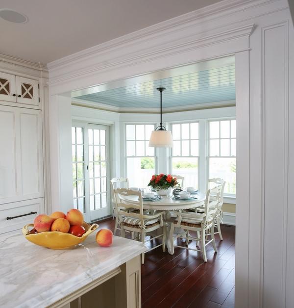 кухонный уголок белый стол белые сиденья