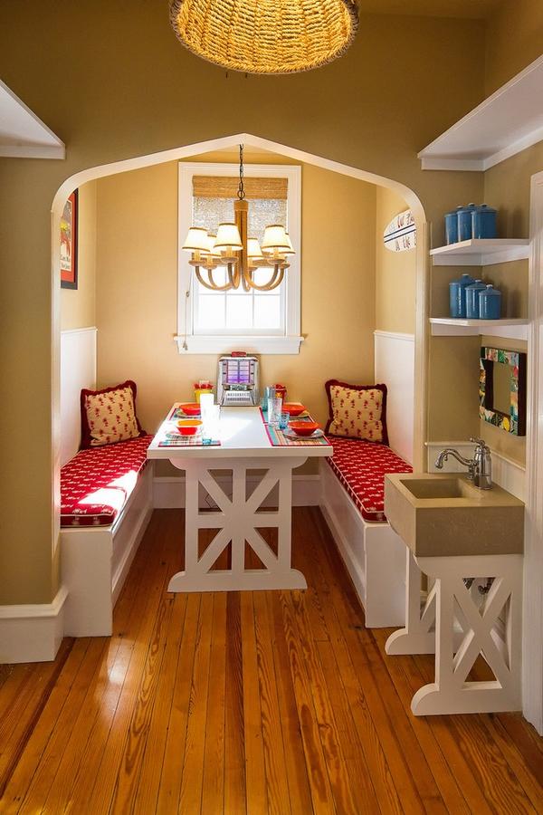 кухонный уголок белый стол красные сиденья